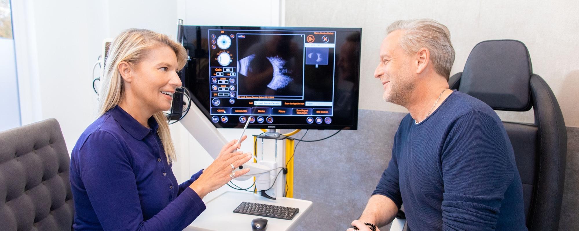 Dr. Breyer mit einem Patienten bei einer Untersuchung.