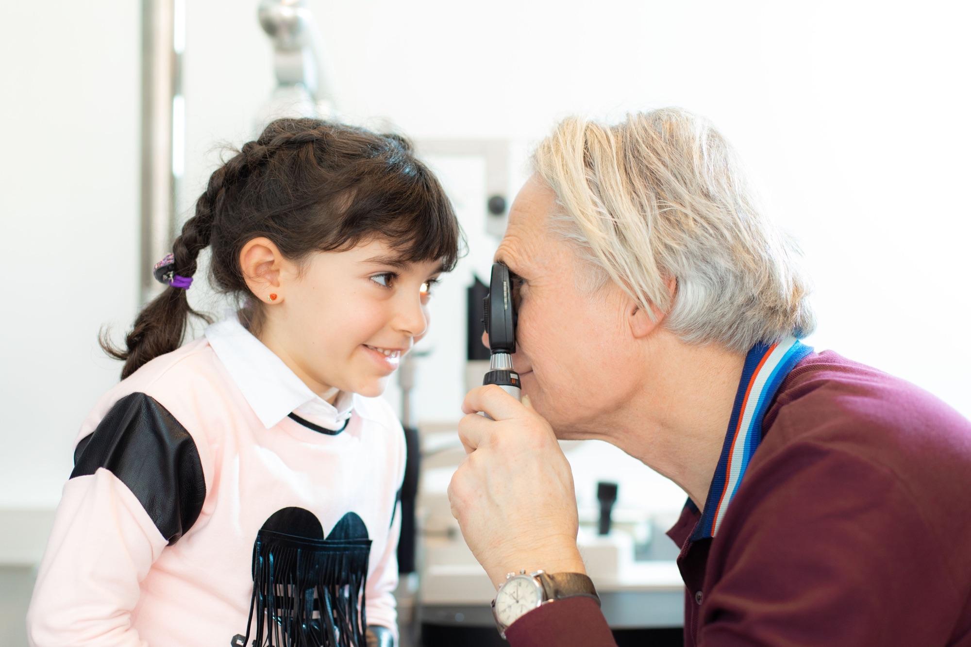 Thomas Müller untersucht die Augen einer jungen Patientin.