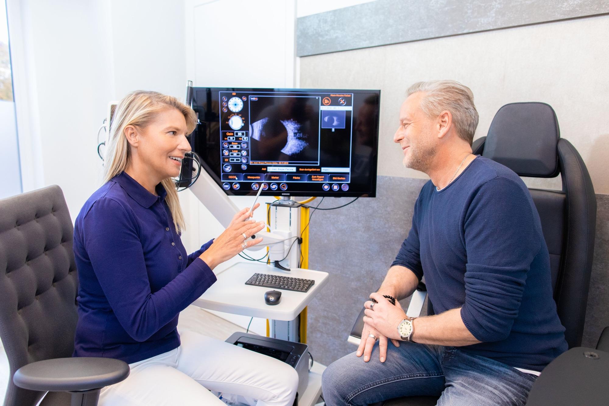 Augenärztin Dr. Anitra Breyer-Pacurar mit Patient bei einer Ultraschalluntersuchung.