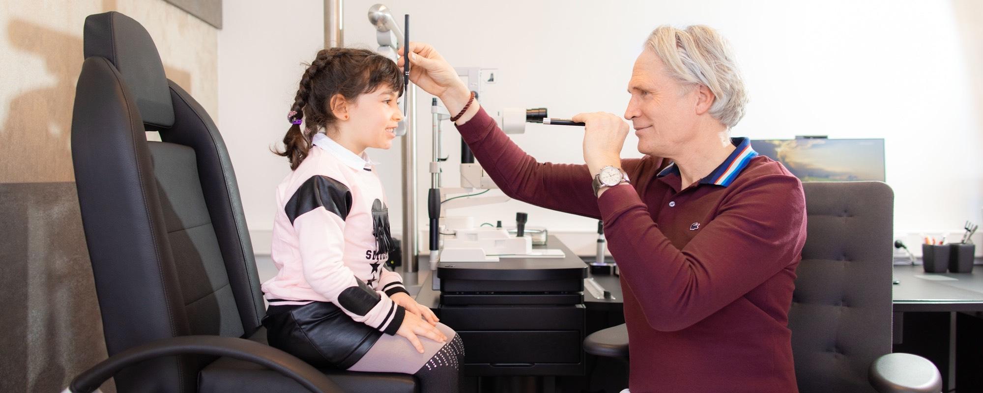 Thomas Müller untersucht eine junge Patientin.